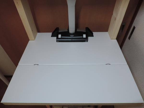 白の粘着シートを貼り付けた中段棚