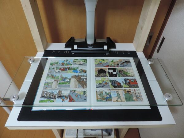 ガラス製TV台をブックプレッサーとして使用した様子