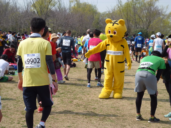 2015板橋Cityマラソン 完走後に着ぐるみキャラとタッチ