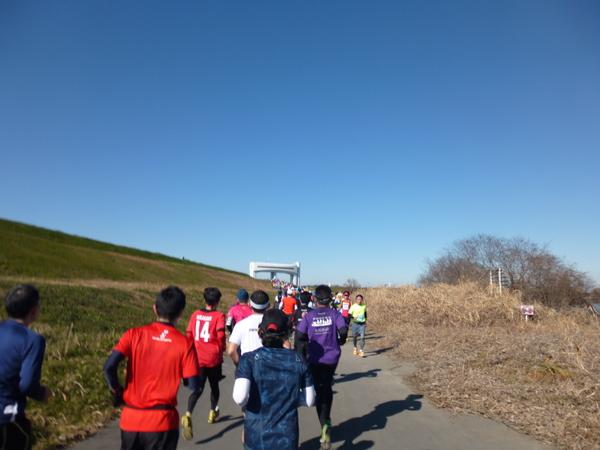 第17回 ハイテクハーフマラソン Aコース、朝霞水門手前の坂道(9.5km付近)