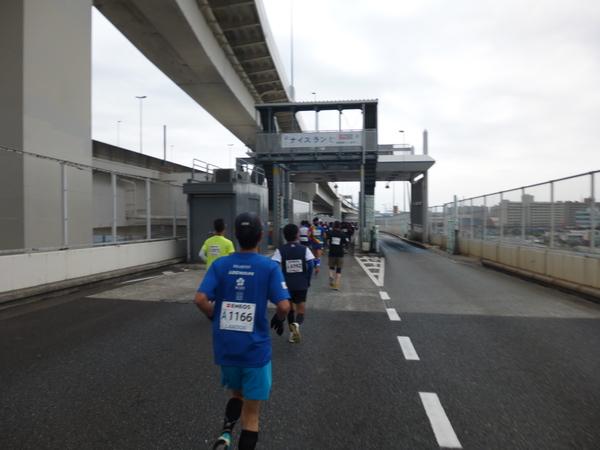 横浜マラソン2016 首都高速湾岸線 本牧ふ頭料金所(32km付近)
