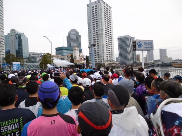 横浜マラソン2016 スタート直後のみなとみらい大橋