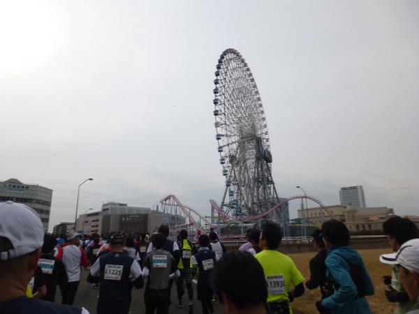 横浜マラソン2016 大観覧車「コスモロック21」(2km過ぎ)