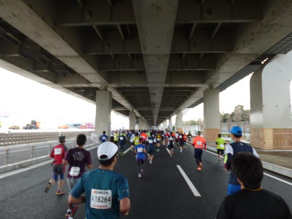 横浜マラソン2016 首都高高架下(9km付近)