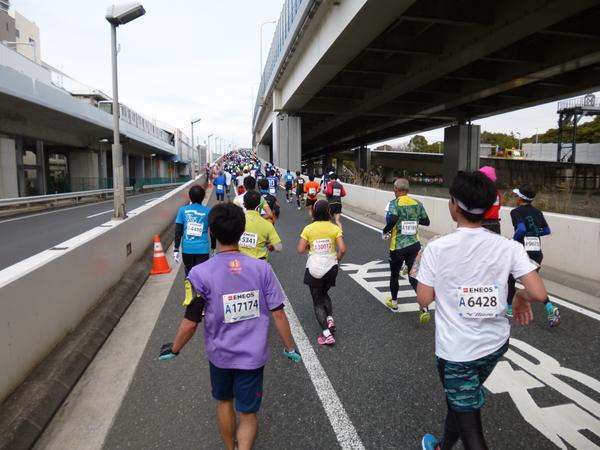 横浜マラソン2016 首都高速湾岸線 杉田入り口への坂道(21km過ぎ)